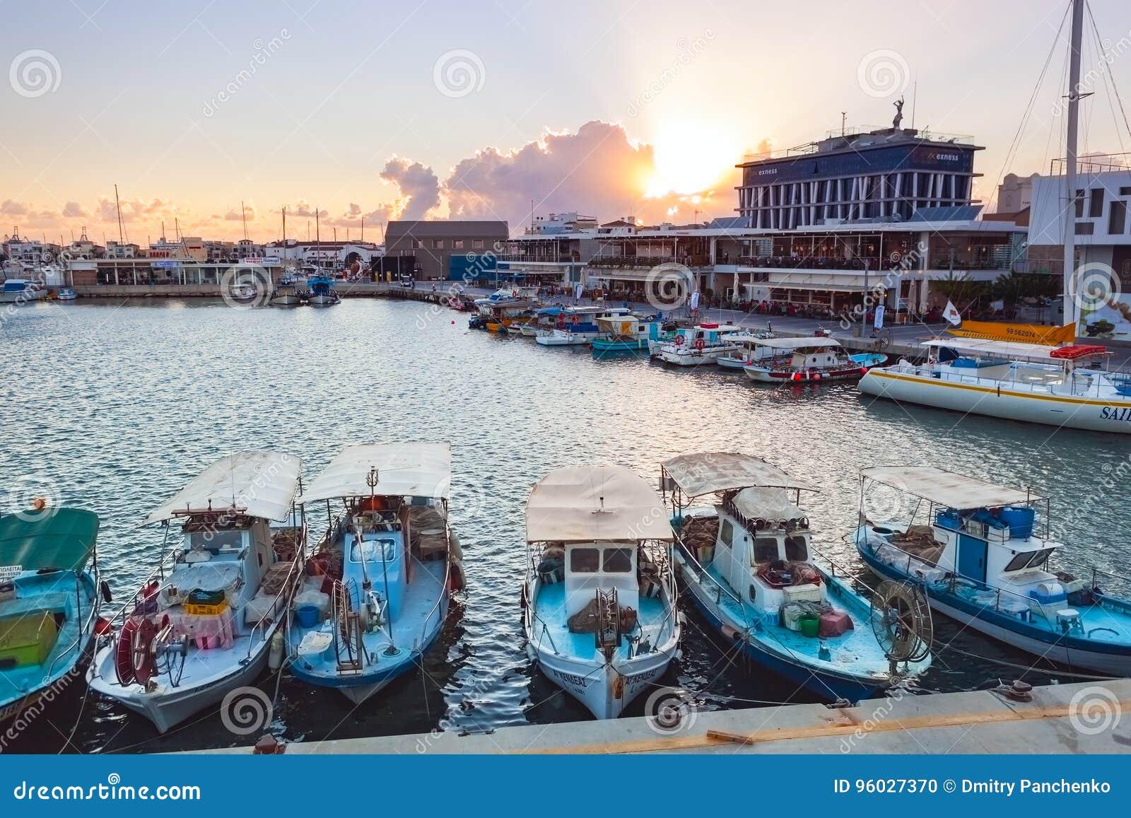 Widok Limassol Stary port przy zmierzchem