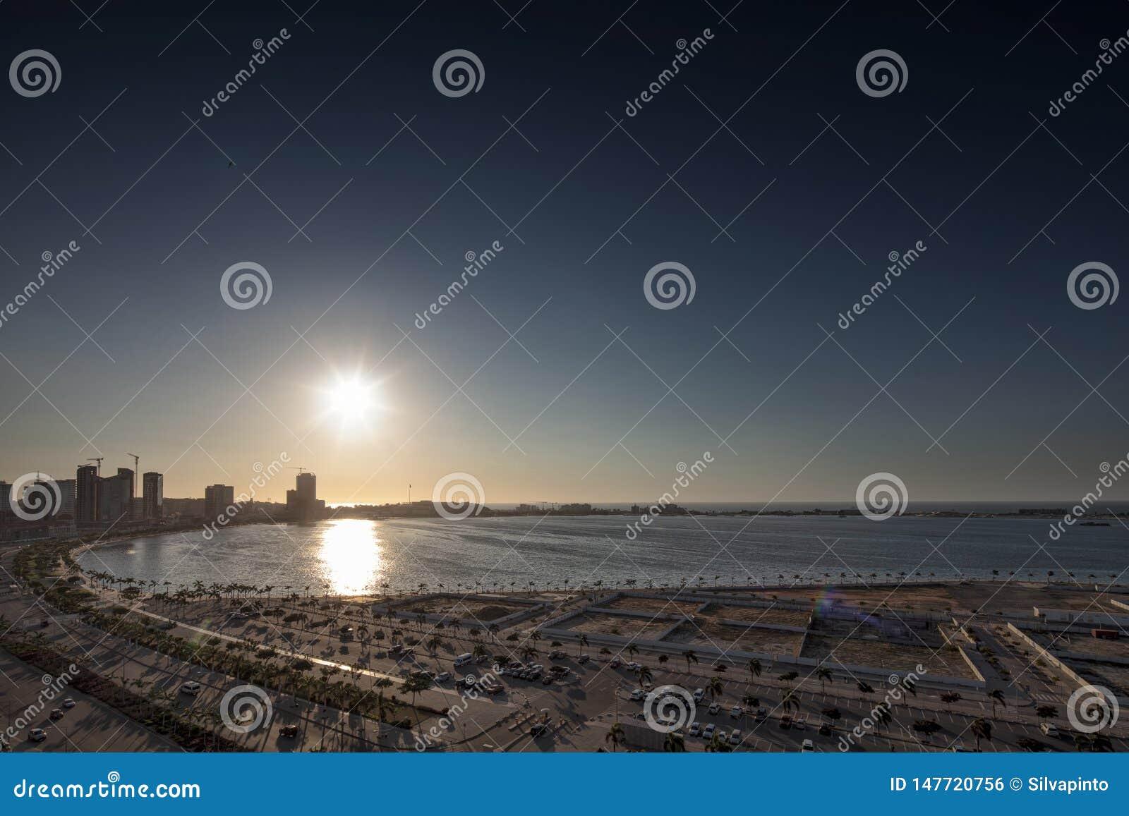 Widok Luanda śródmieście z pięknym zmierzchem luau Angola