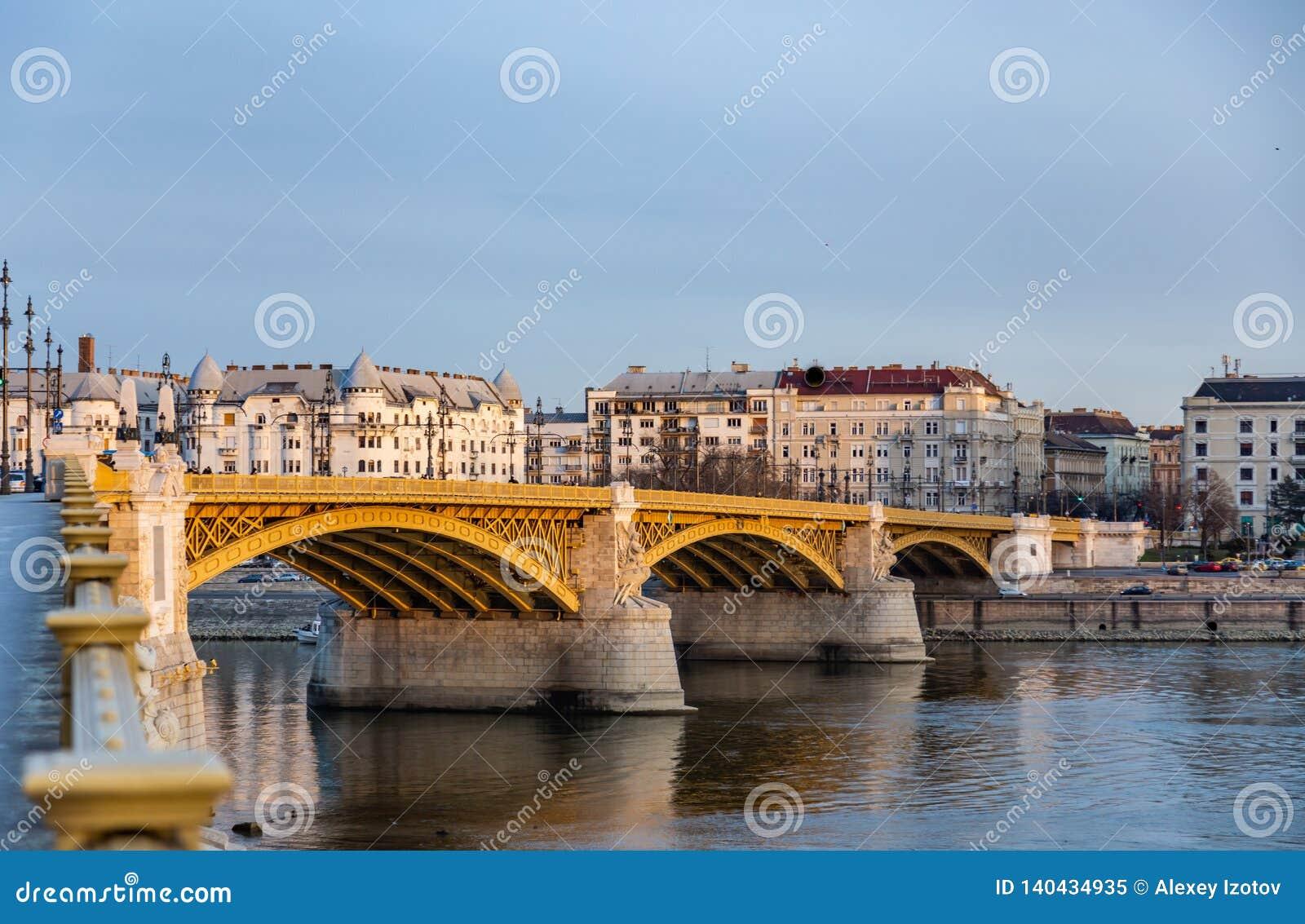 Widok Margaret most nad Danube zaświecał promieniami położenia słońce W Budapest, Węgry