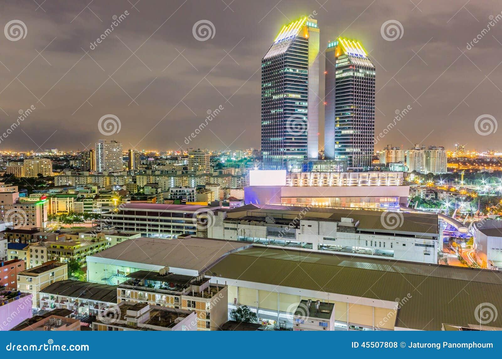 Widok miasto przy nocą