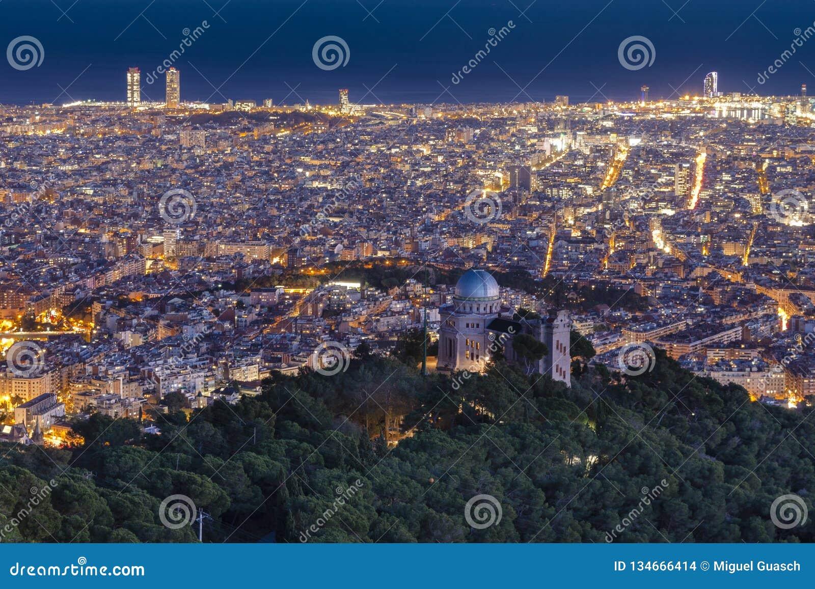 Widok miasto przy nocą, Barcelona, Hiszpania