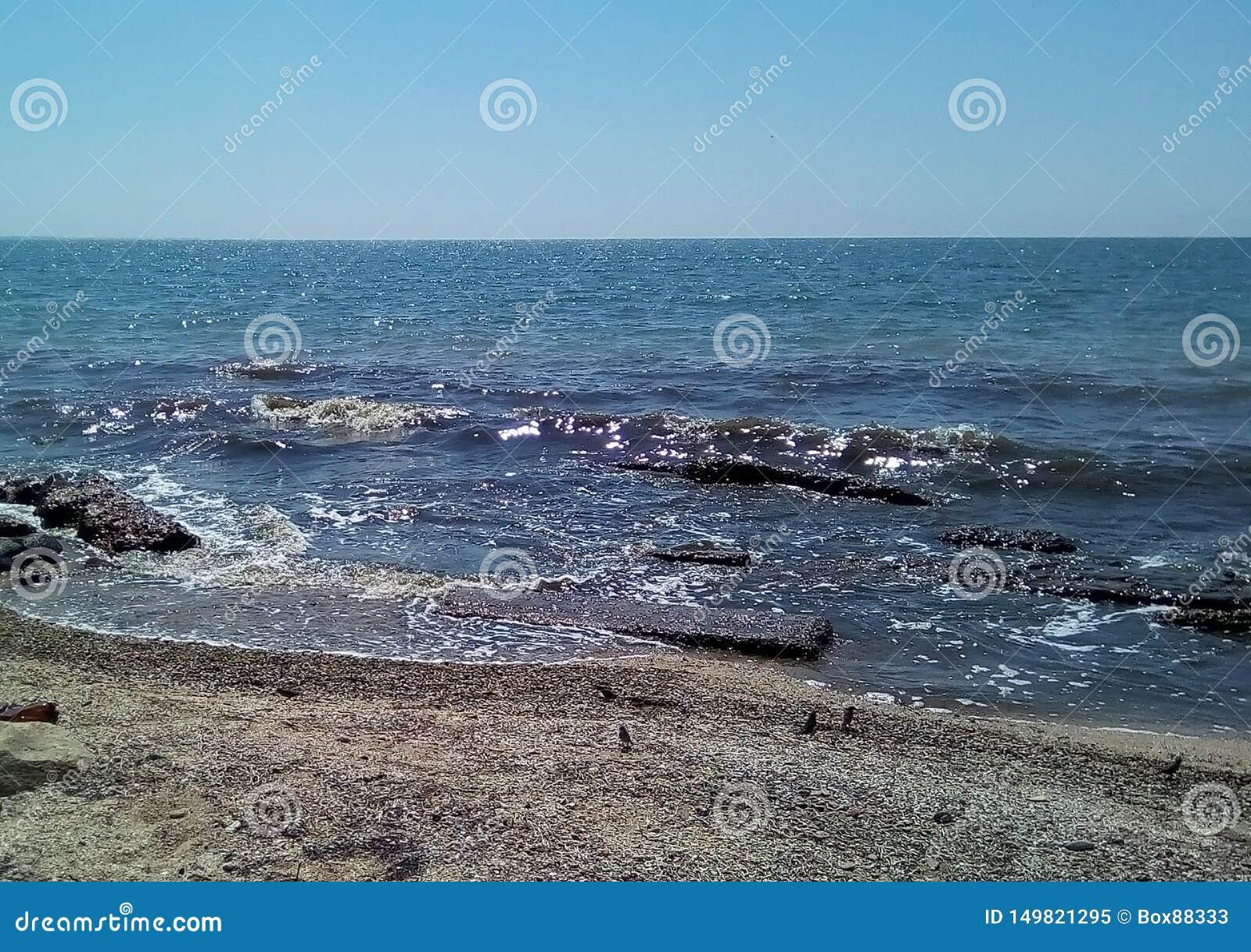 Widok morze od piaskowatego brzeg