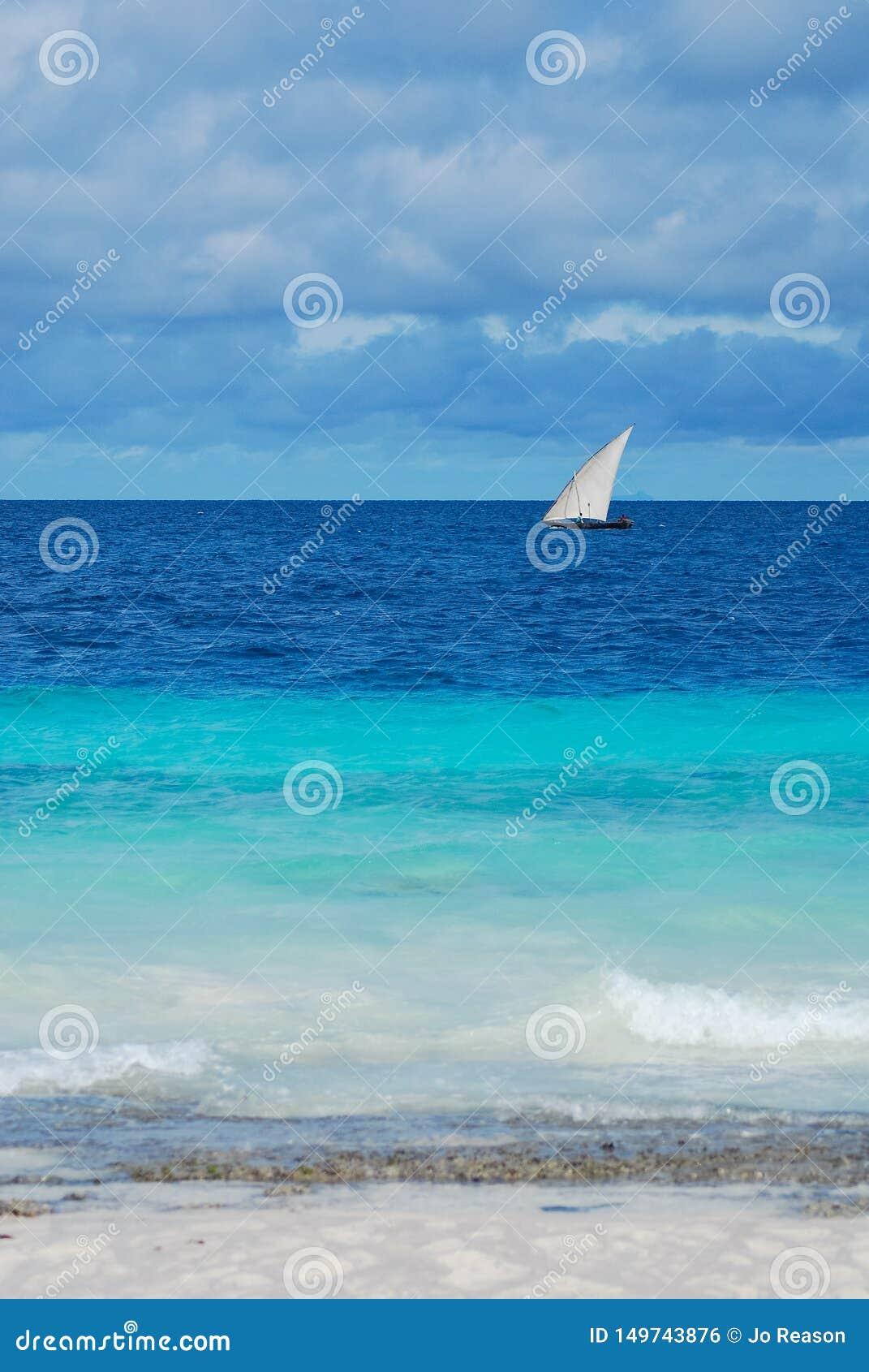 Widok morze z żagiel łodzią