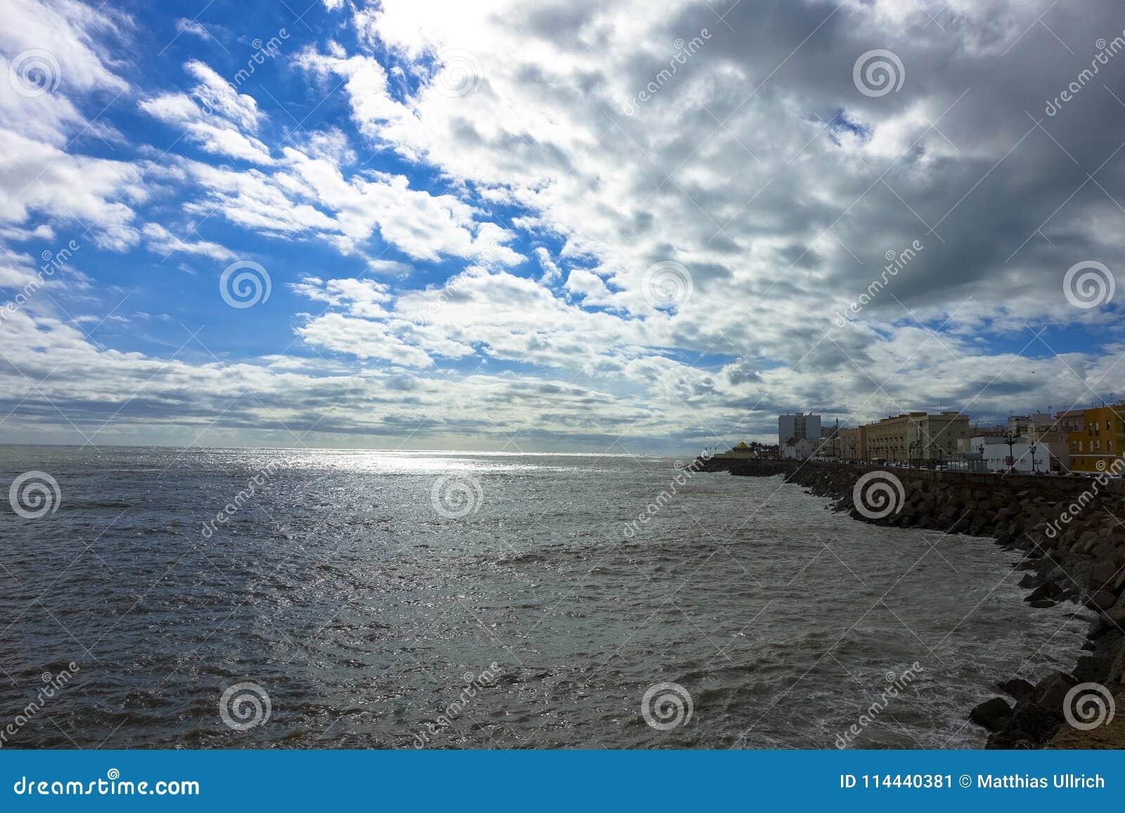 Widok morze z chmurami przy Cadiz, Hiszpania w Andalusia Campo Del Sura
