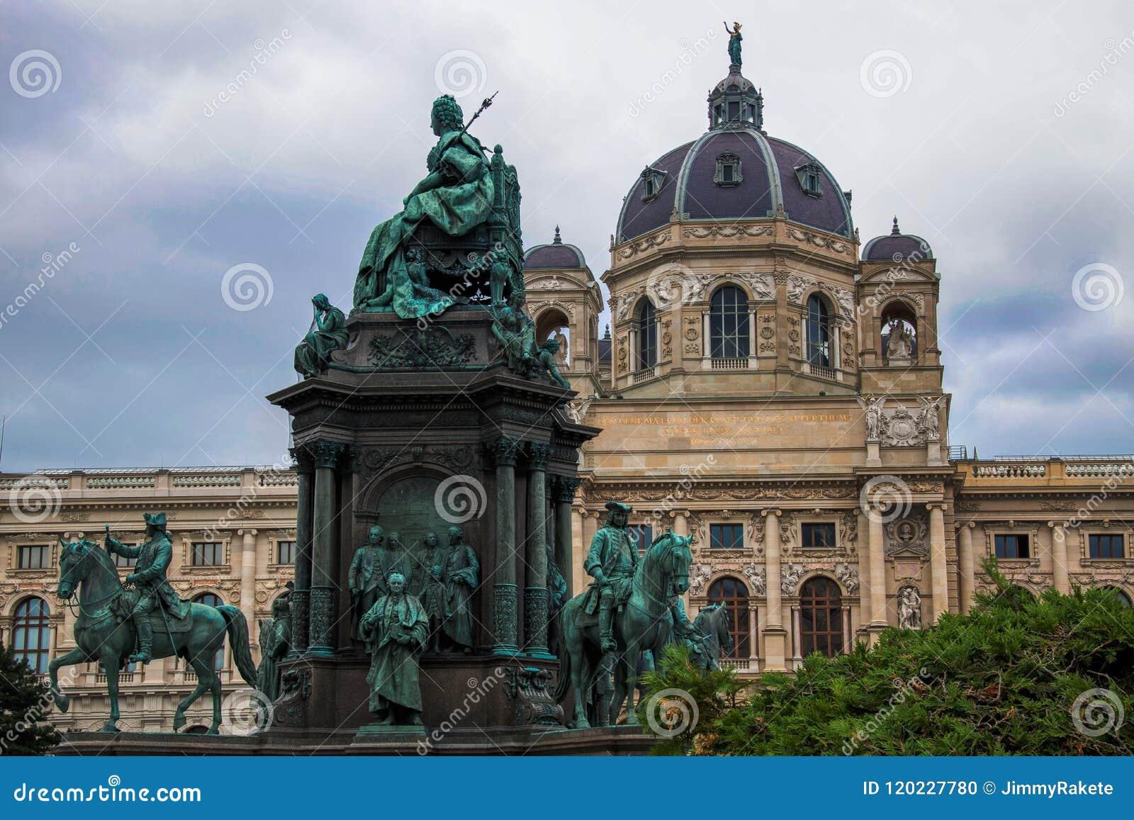 Widok na historii sztuki Kunsthistorisches Muzealnym muzeum w Wiedeń, Austria i Maria Theresia zabytku w przodzie/