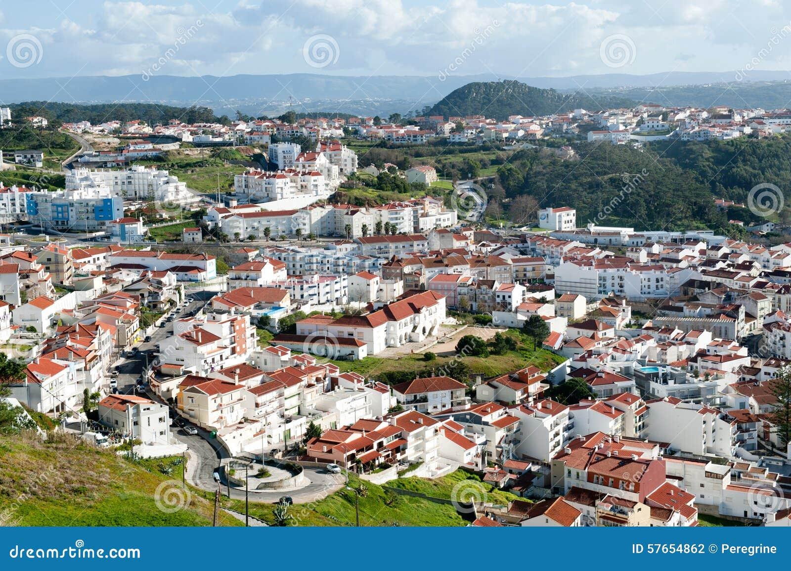 Widok na nowożytnej wiosce rybackiej Nazare w Portugalia