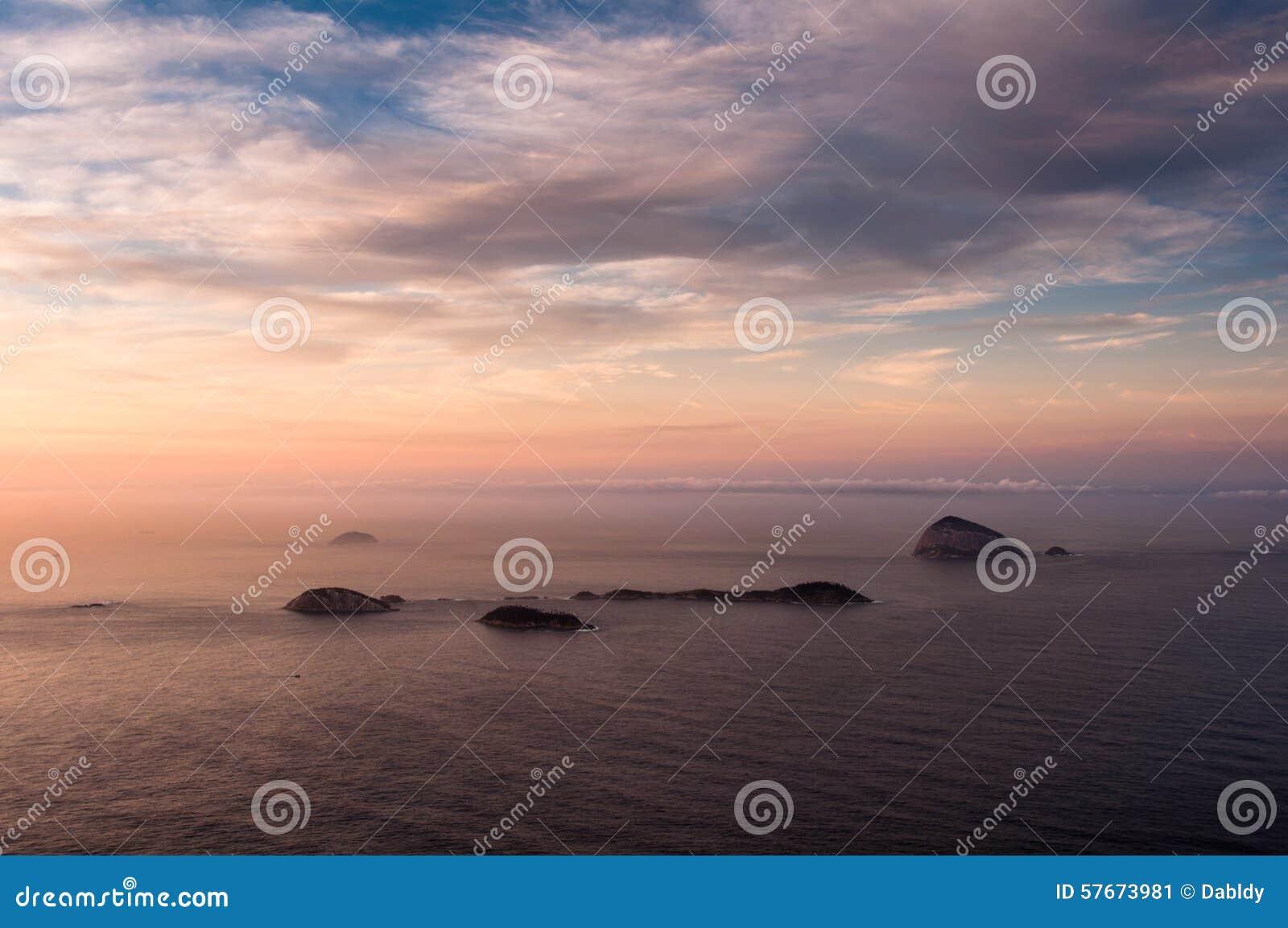 Widok Na Ocean wschodem słońca z wyspami w horyzoncie