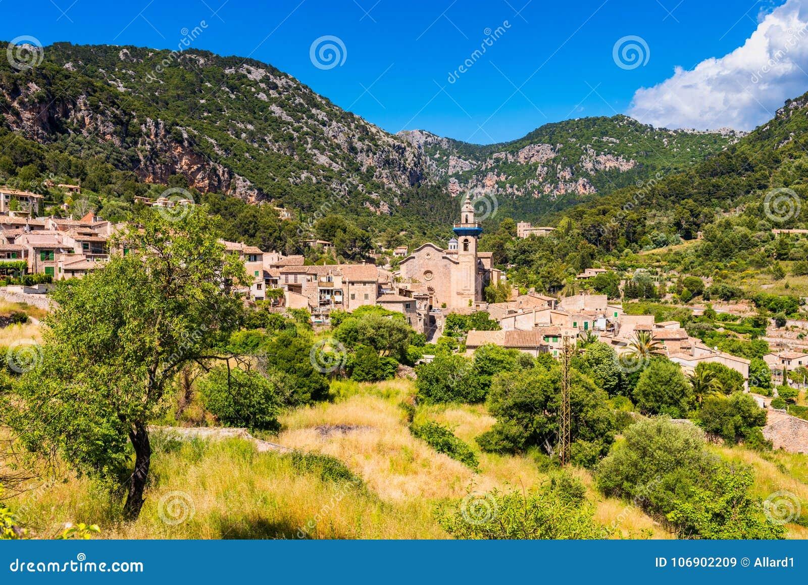 Widok na wiosce Valldemossa Mallorca
