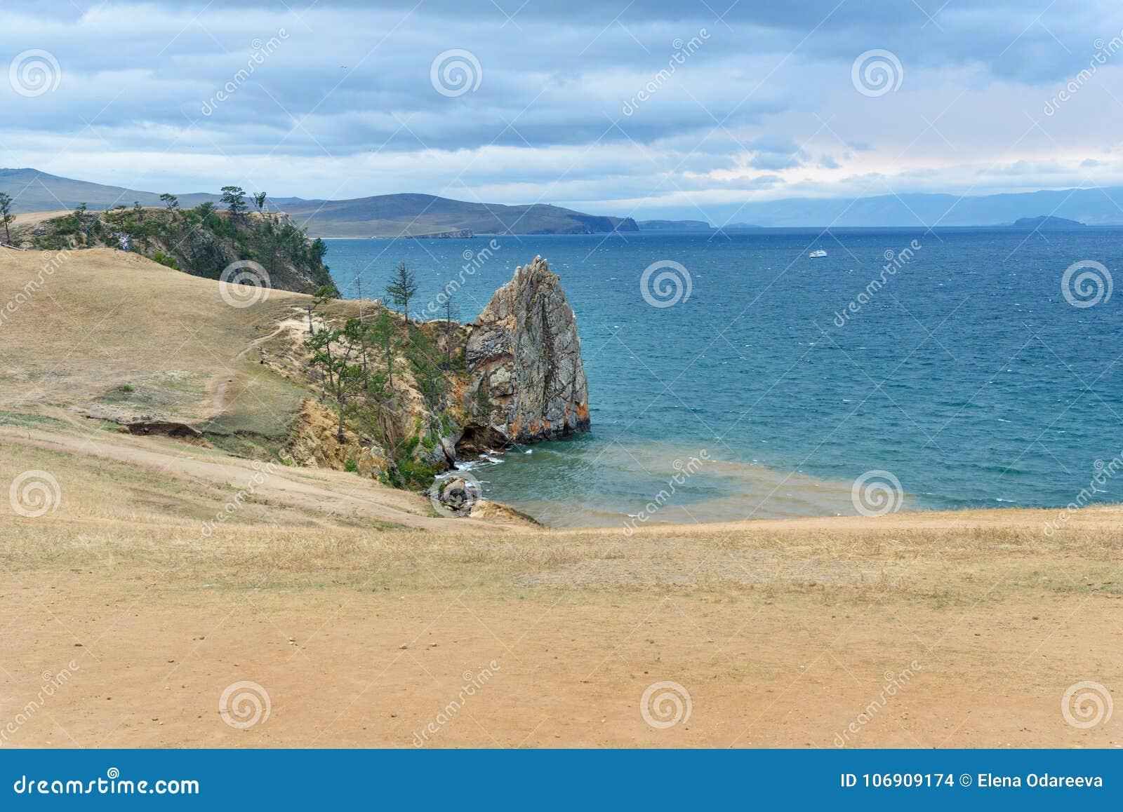 Widok na wybrzeżu i skale baikal jeziora baikal jezioro olkhon Rosji wyspy Rosja