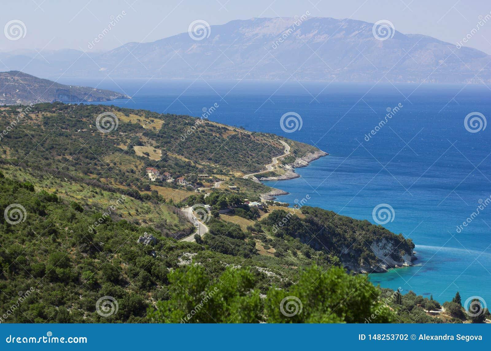 Widok na wyspa brzeg otaczającym błękitnym morzem nad krajobraz