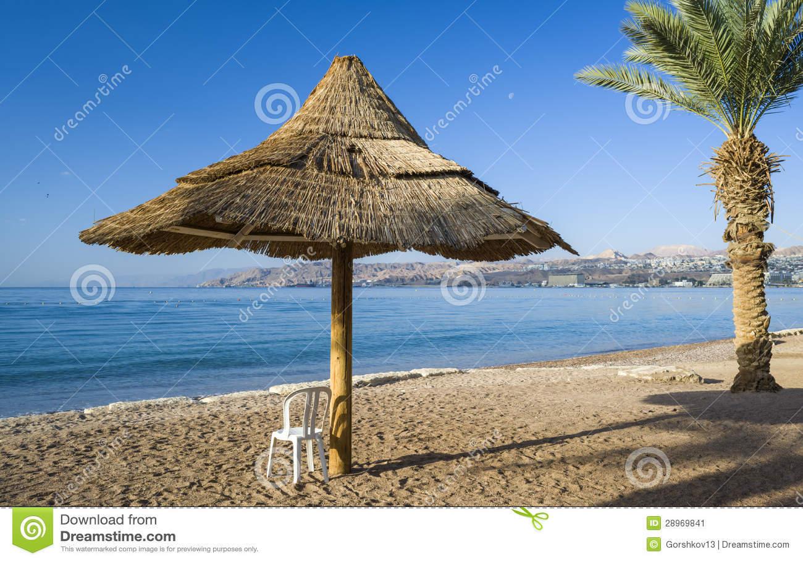 Widok na zatoce Aqaba od piaskowatej plaży Eilat