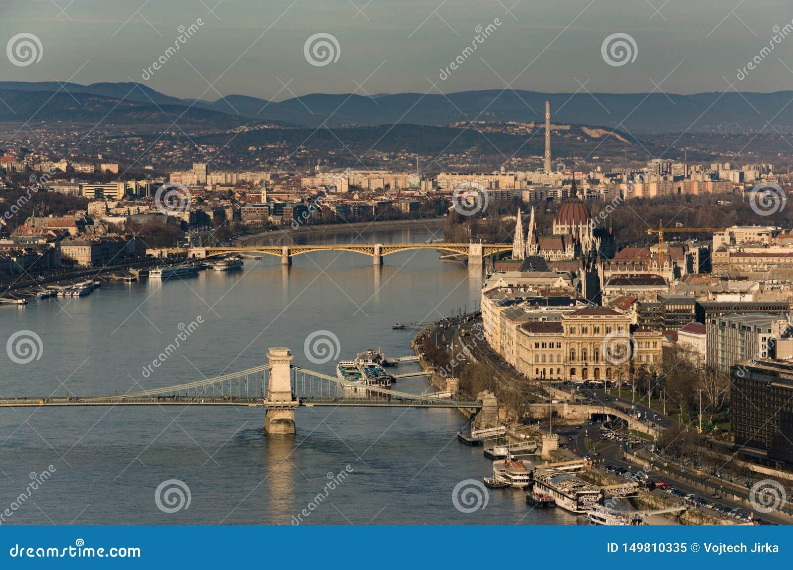 Widok nad Łańcuszkowego mostu i Danube rzeką w kierunku Margaret mostu, Budapest, Węgry