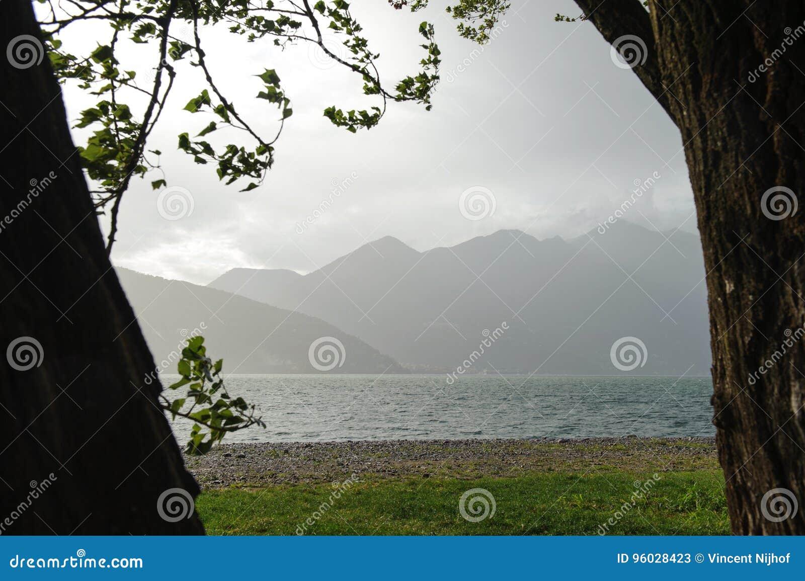 Widok nad Lago Maggiore i otaczające góry