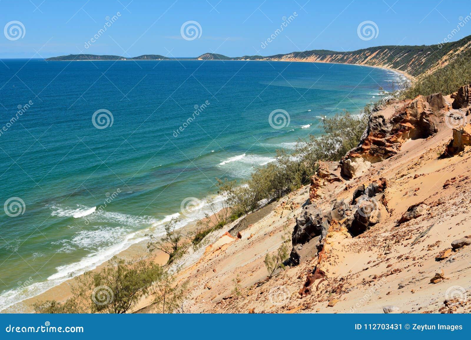 Widok nad tęczy plażą na Fraser wybrzeżu Queensland, Austr