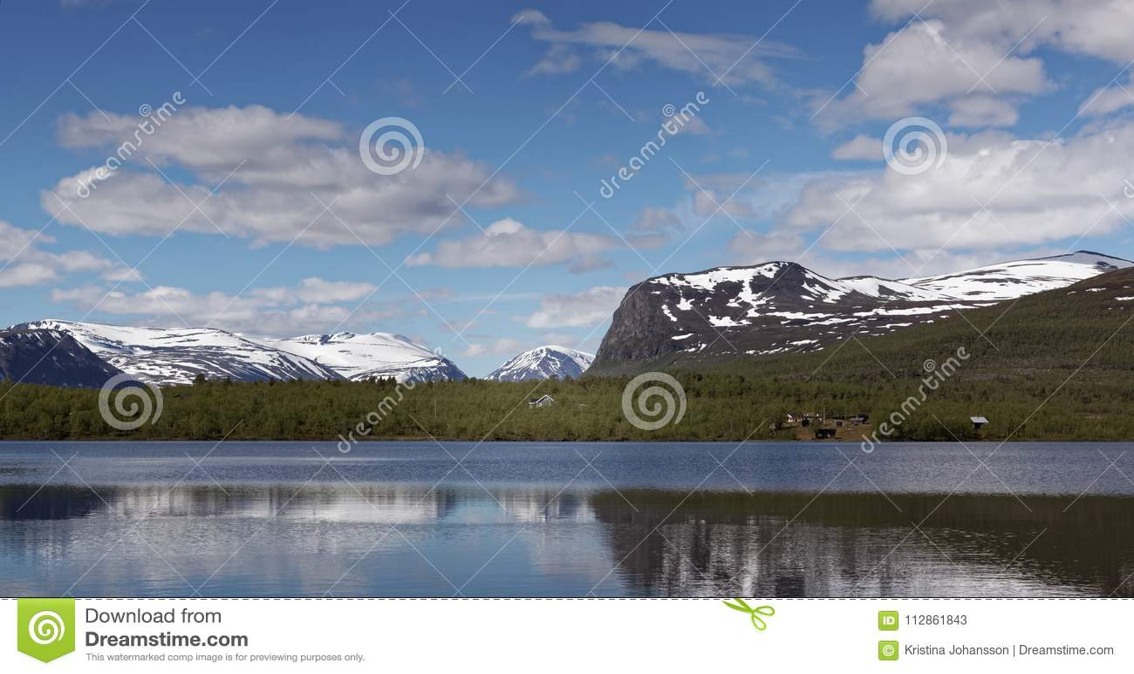 Widok nad Vistasvagge lub Vistasvalley w północnym Szwecja blisko do Nikkaloukta