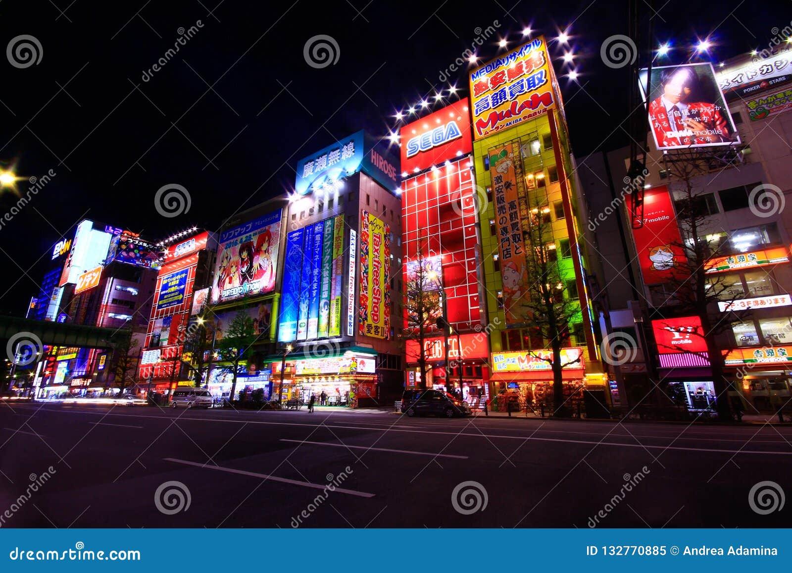 Widok Neonowi znaki i billboard reklamy w Akihabara elektroniki centrum w Tokio, Japonia