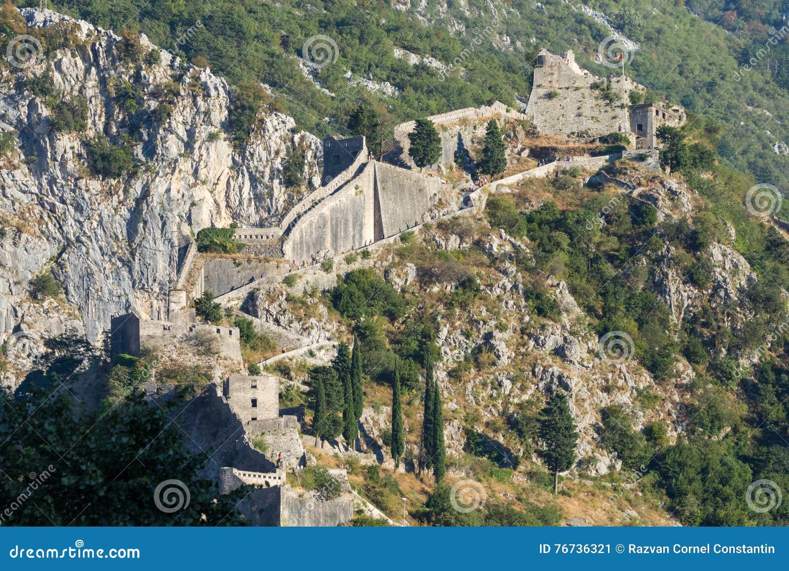 Widok niewiadomi ludzie wspina się Kotor fortecy ściany od miasta, Montenegro