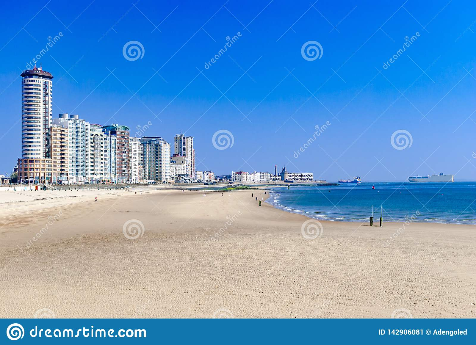 Widok nowożytny nabrzeżny miasteczko, miasto i swój plaża lub Duzi ładunków statki w morzu pojęcia tła ramy piasek seashells lato