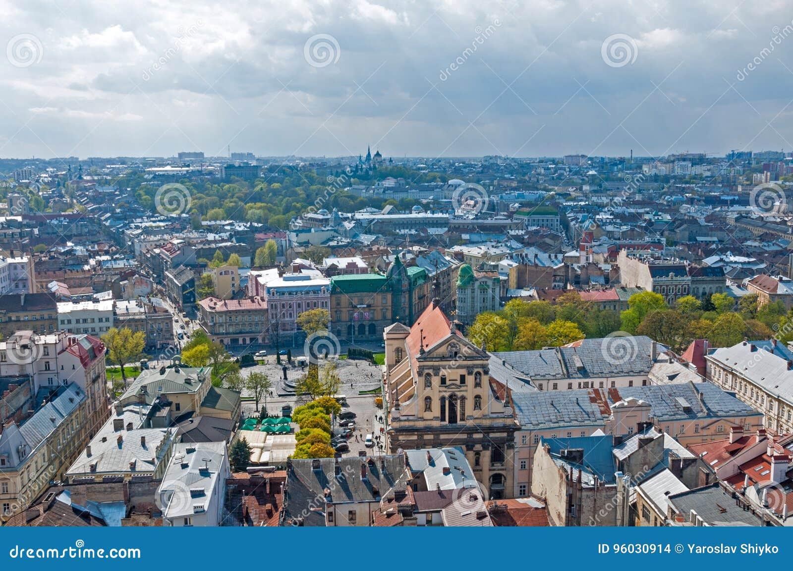 Widok obszar zamieszkały z domami i ulicami od above