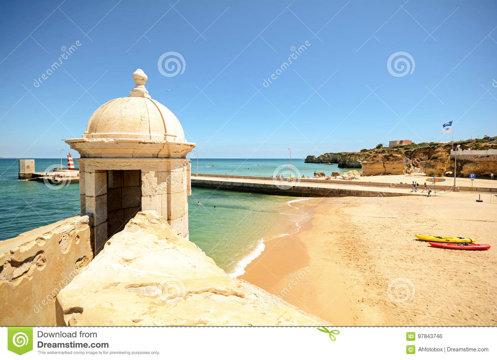 Widok od fortecznego forte da Ponta da Bandeira w Lagos nabrzeże z plażowym Praia da Batata, Algarve