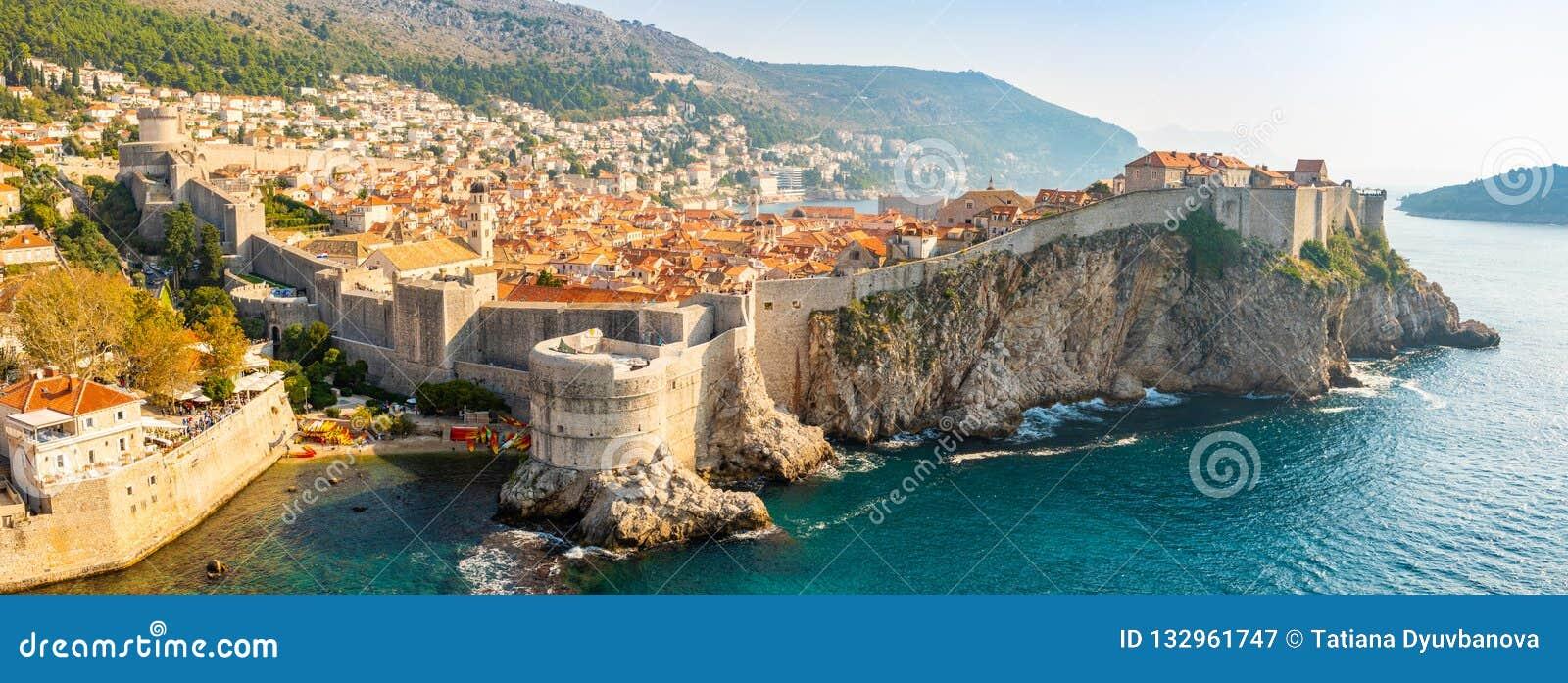 Widok od fortu Lovrijenac Dubrovnik Stary miasteczko w Chorwacja przy zmierzchu światłem