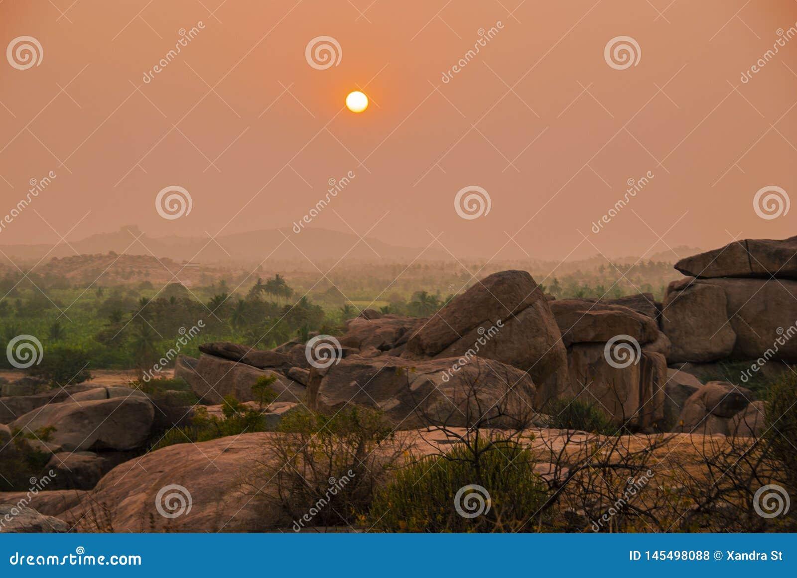 Widok od Hemakuta wzgórza przy zmierzchem w Hampi w India