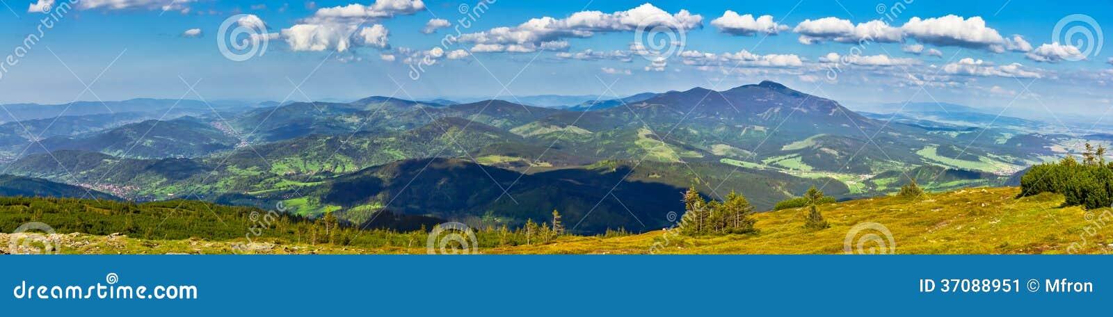 Download Widok Od śladu Pilsko Szczyt Od Beskidy Mo Obraz Stock - Obraz złożonej z błękitny, krajobraz: 37088951