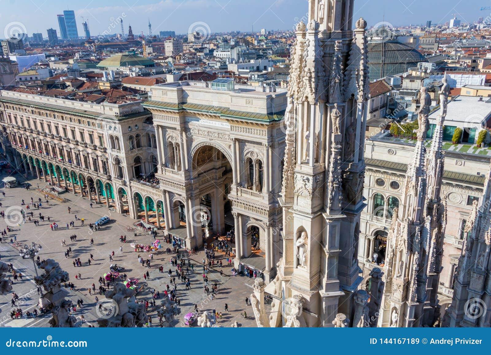 Widok od Mediolańskiego katedra dachu na Galleria Vittorio Emanuele II, Włochy