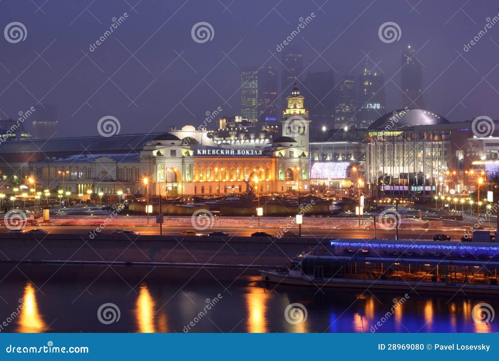 Widok od Moskwa rzeki przy Kievsky stacją kolejową