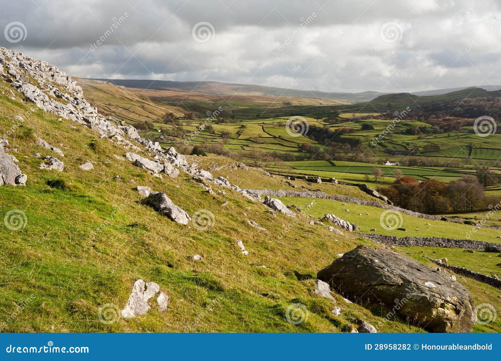 Widok od Norber eratyków zestrzela Wharfe dolinę w Yorkshire dolin Na
