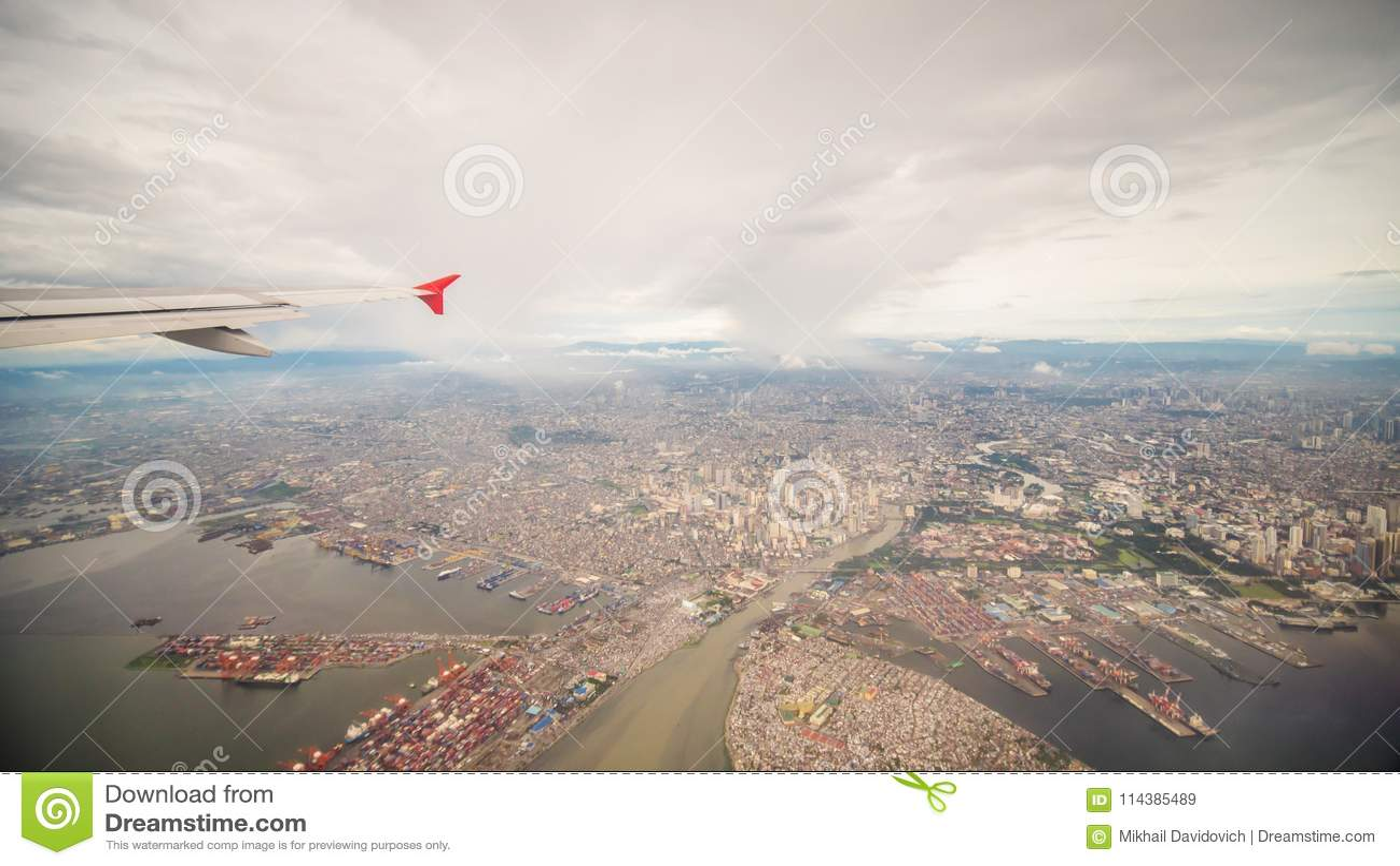 Widok od okno samolot miasto Manila Filipiny