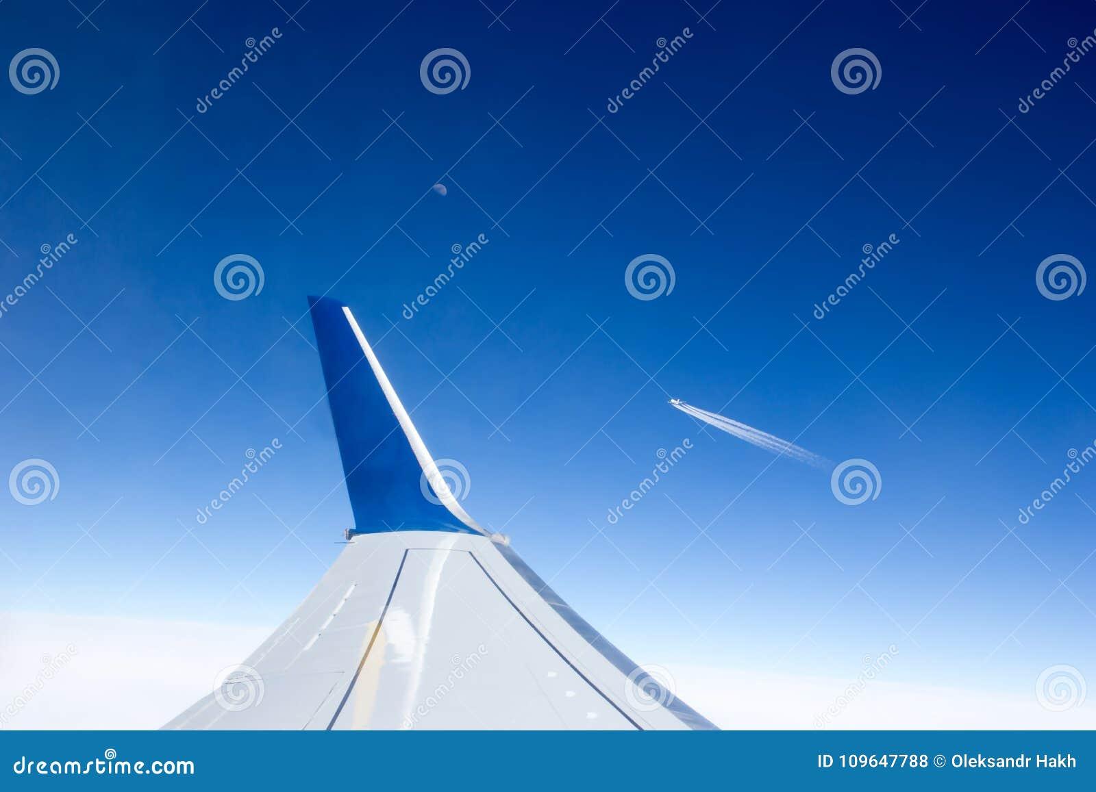 Widok od samolotowego okno skrzydło i inny heblujemy latanie obok w odległości