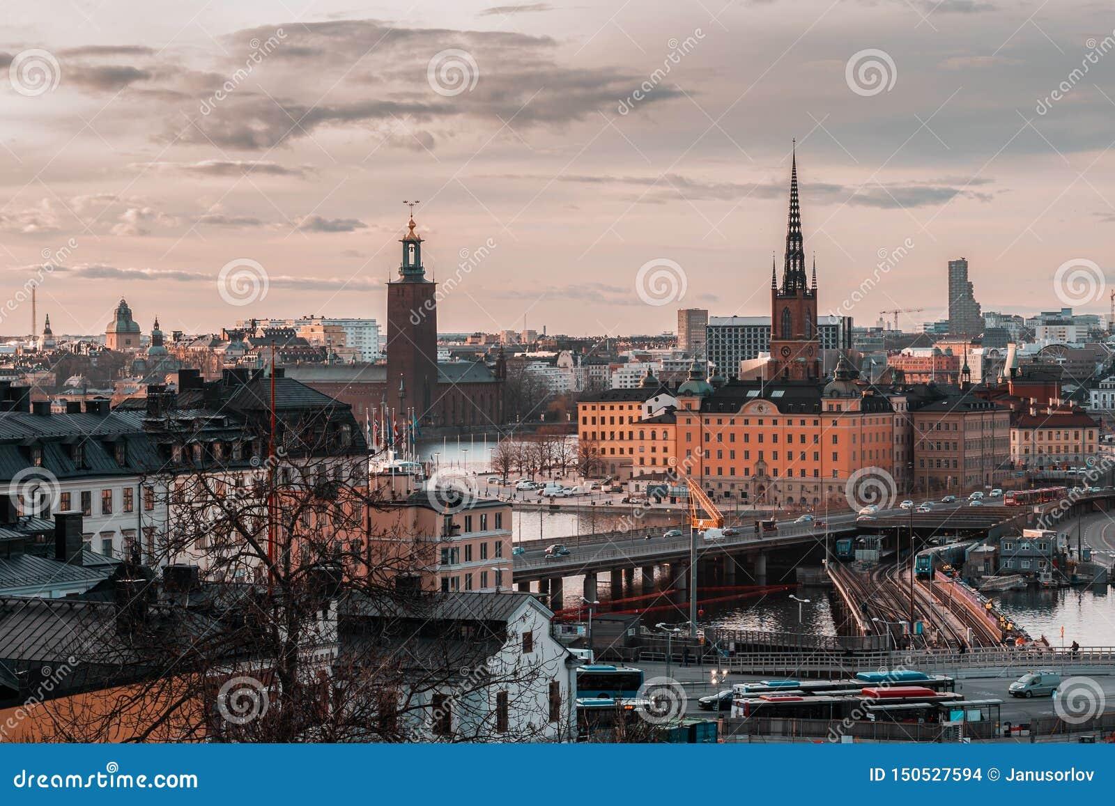 Widok od Slussen przy zmierzchem w kierunku Riddarholmen i urząd miasta, Sztokholm Szwecja