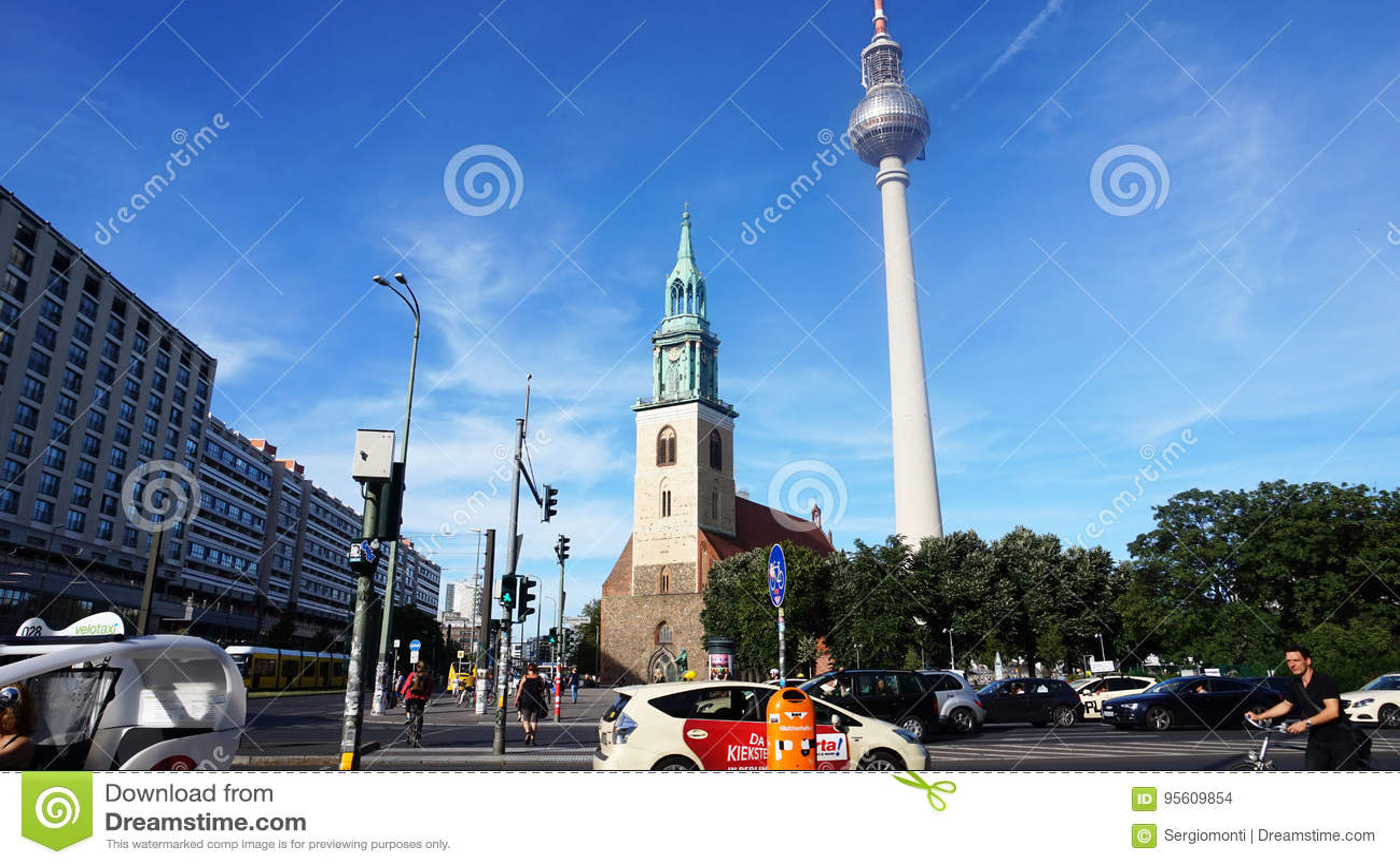 Widok od Spandauer Str ulica z St ` s Maryjnym kościół i Telewizyjny wierza, Berlin, Niemcy