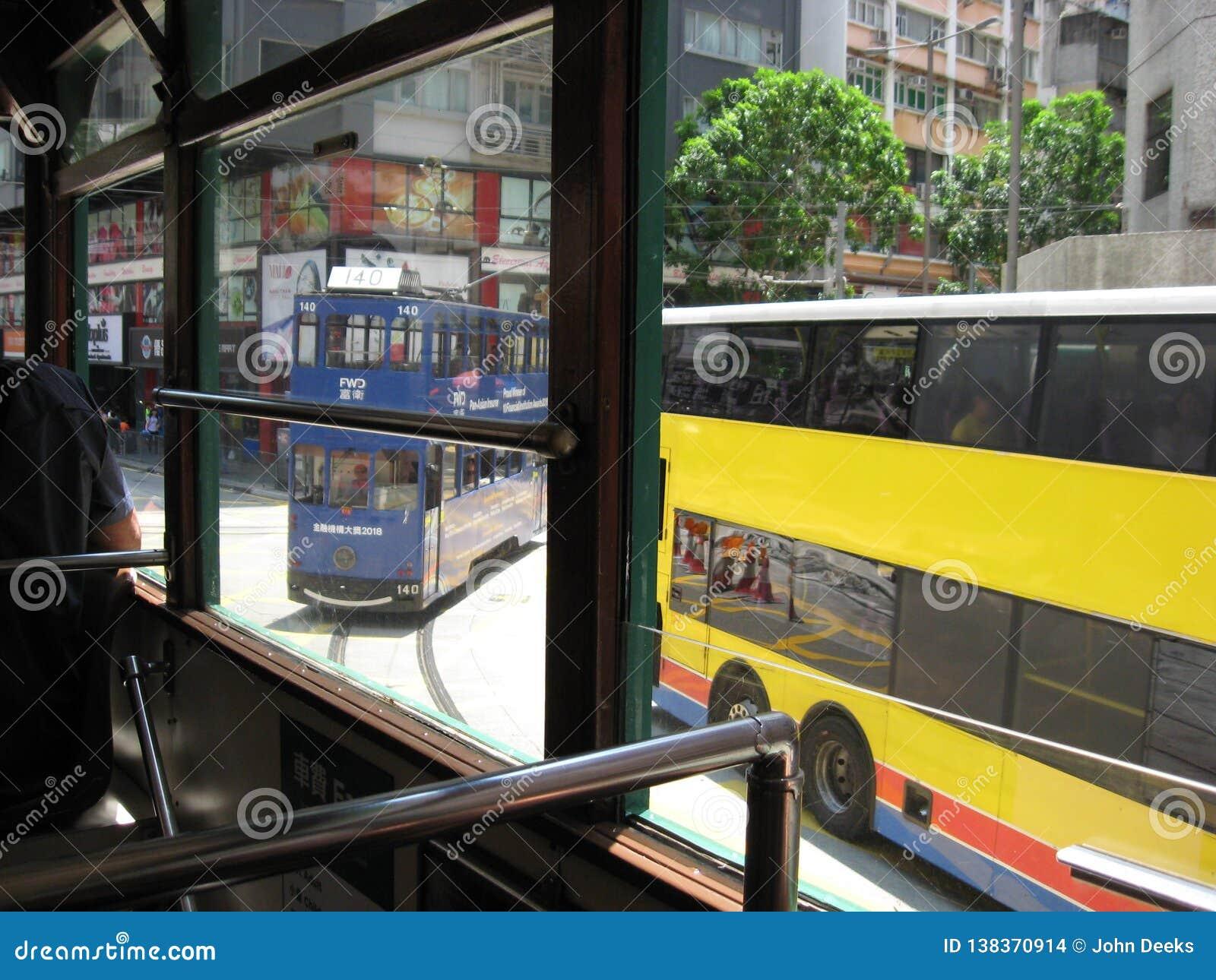 Widok od tramwaju na ruchliwie głównej ulicie w środkowym Hong Kong