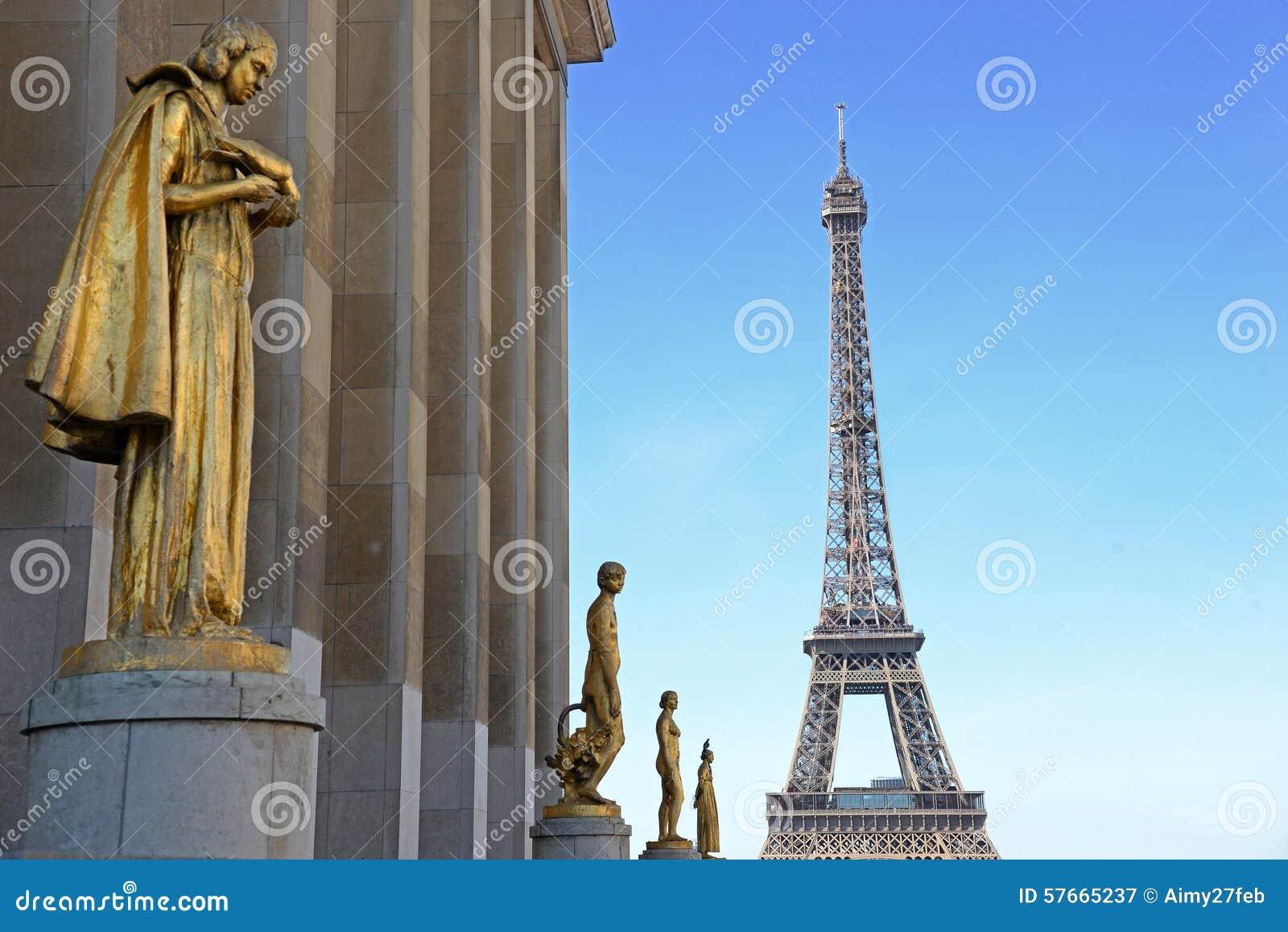 Widok od Trocadero z złotymi statuami na wieży eifla, Paryż