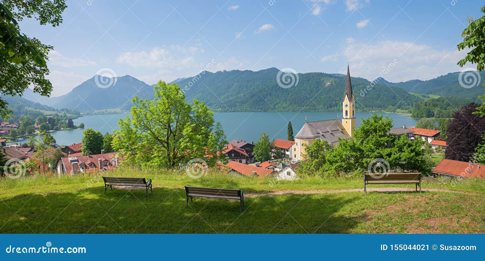 Widok od Weinberg wzgórza zdroju grodzki schliersee, st sixtus kościół górny bavaria w lecie