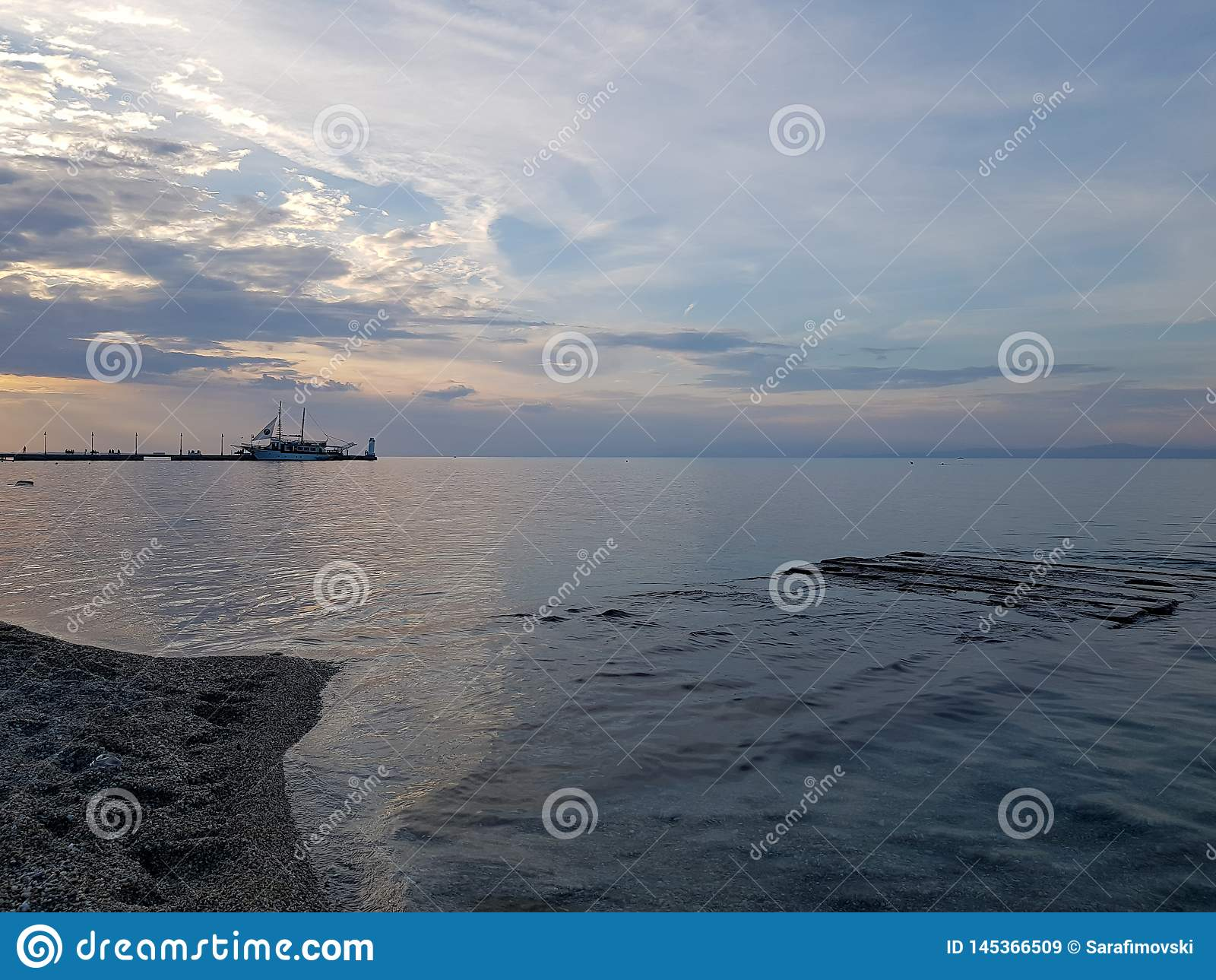 Widok od wybrzeża w Grecja z pięknym niebem i błękitnym morzem