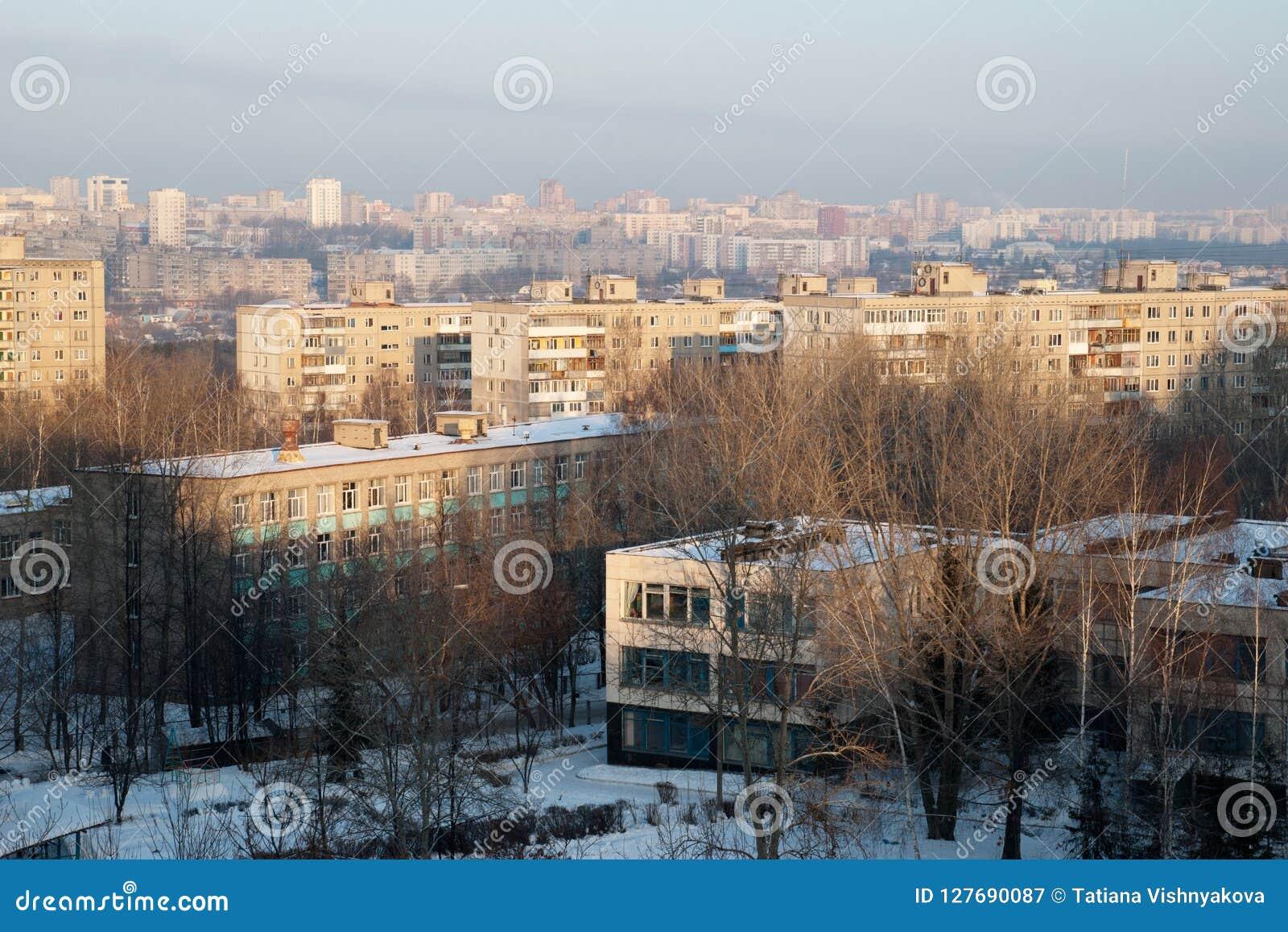 Widok od wysokiego punktu na Kindergatden daycare, szkole i mieście Ufa Rosja,
