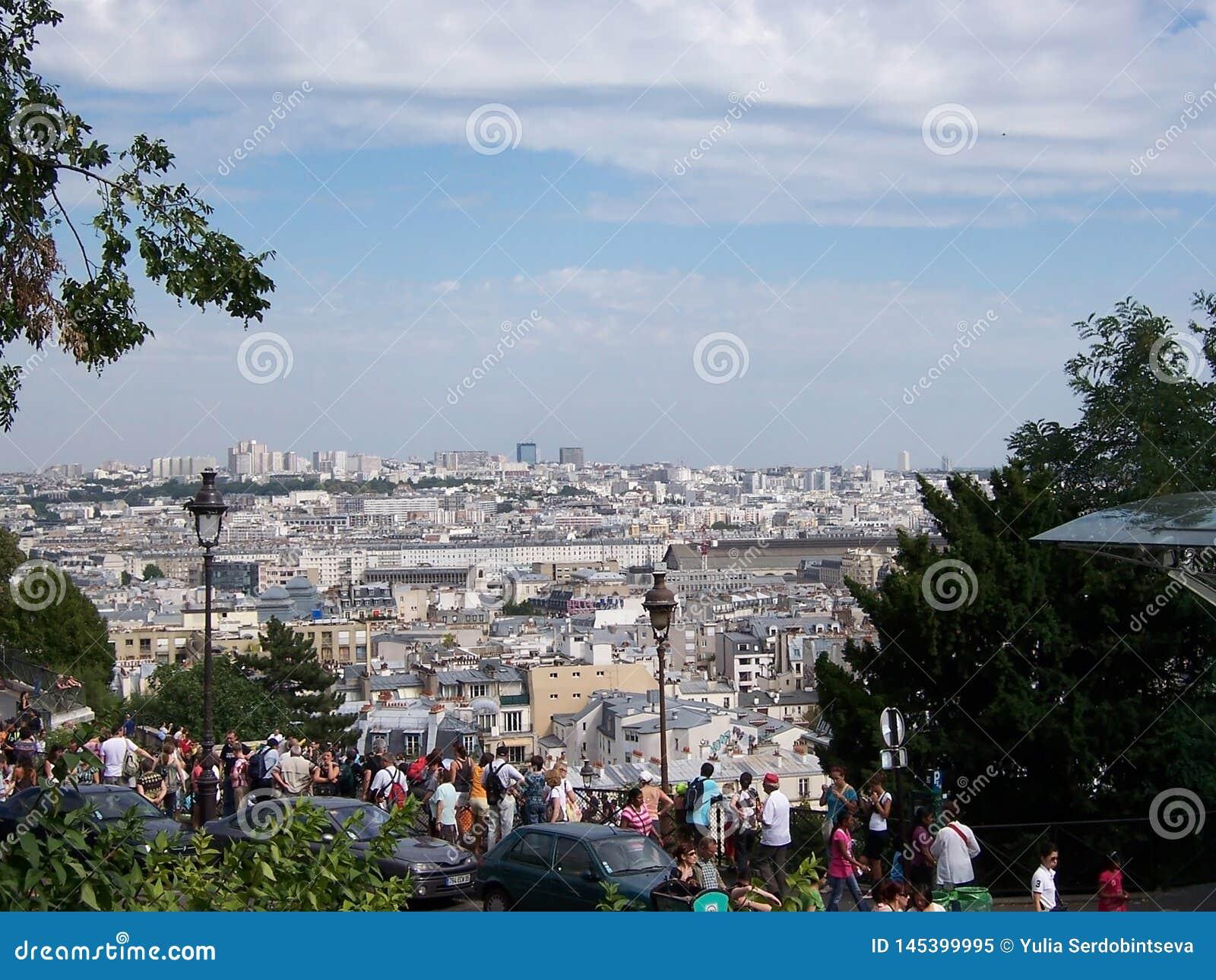 Widok Pary? od sacr Coeur halny i wiele tury?ci na obserwacja pok?adzie Sierpie? 05, 2009, Pary?, Francja, Europa