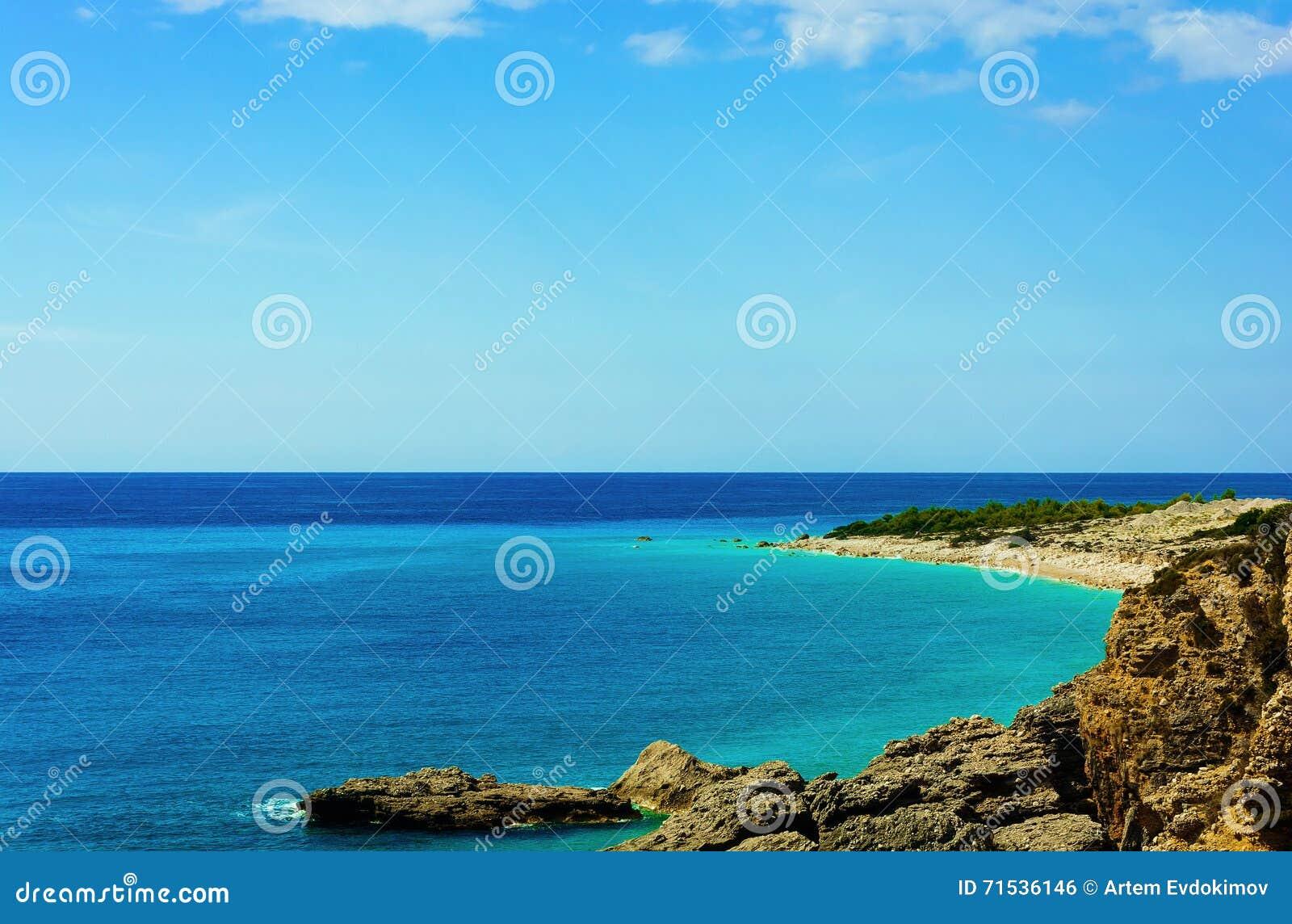 Widok piękna plaża z skalistymi falezami przy morzem śródziemnomorskim