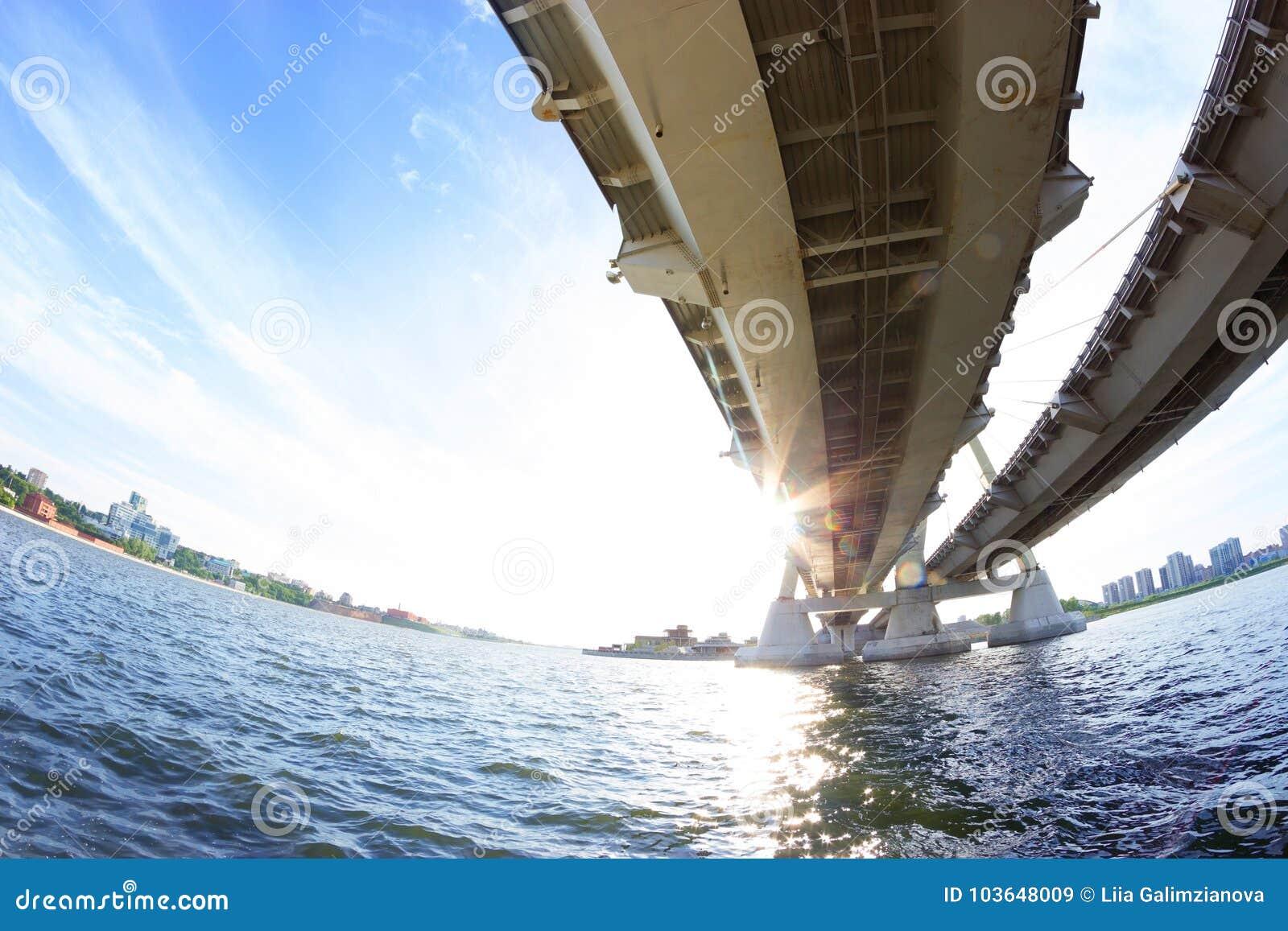 Widok pod dużym mostem