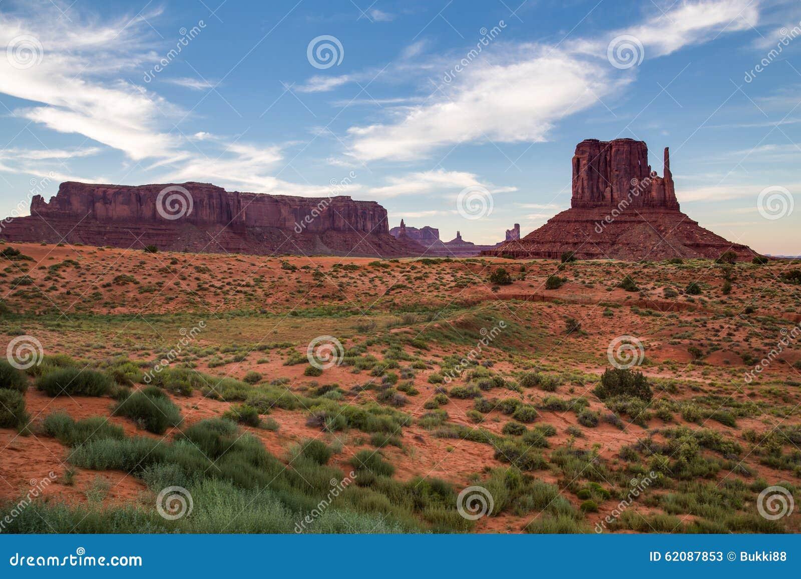 Widok Pomnikowa dolina przy półmrokiem, Utah, usa