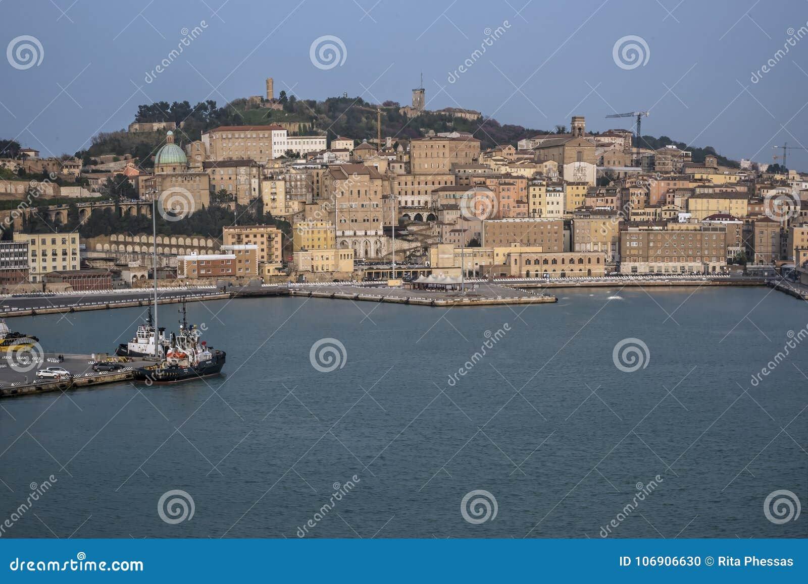 Widok port Ancona Europa od statku wycieczkowego 3-4-2016