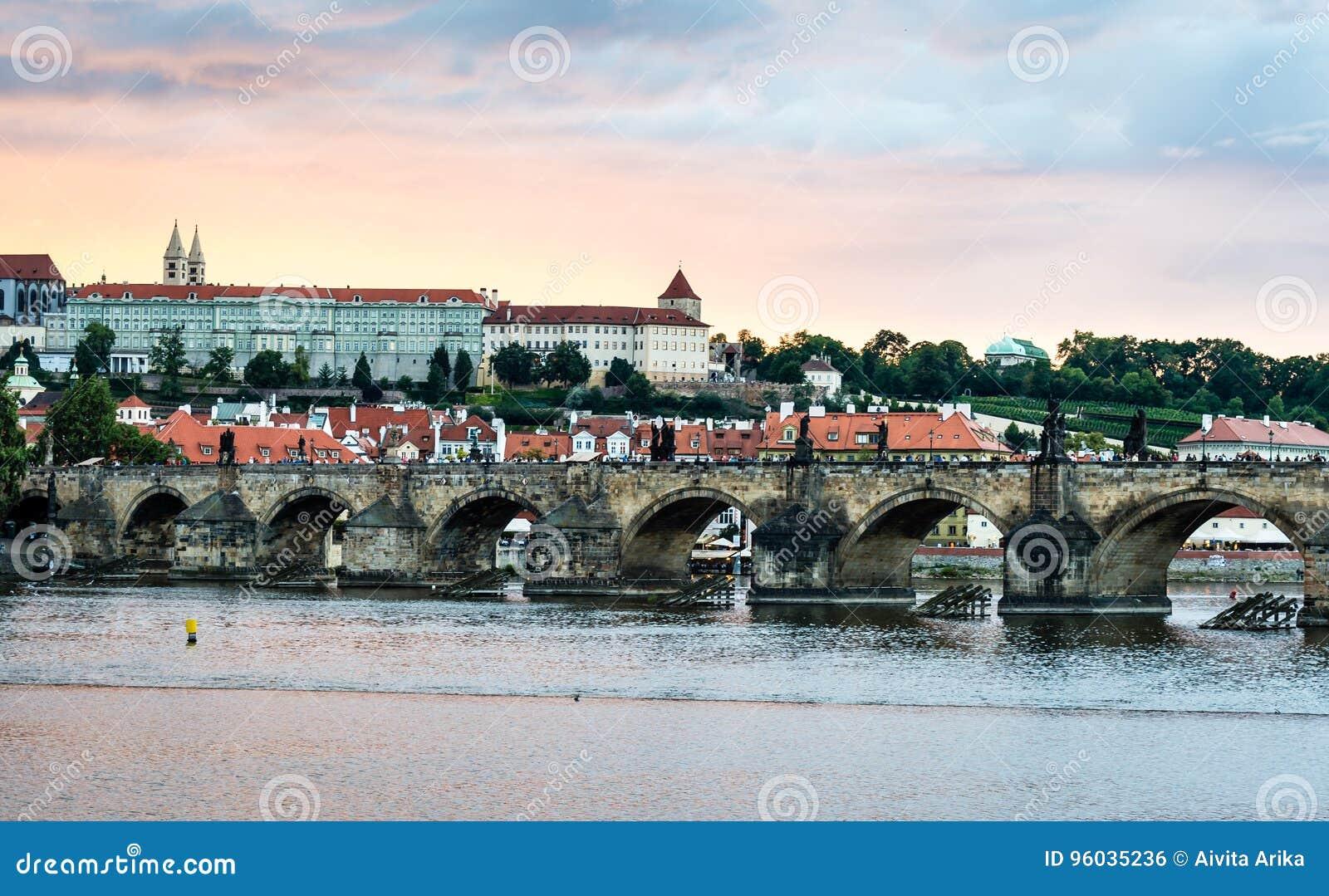 Widok Praga kasztel w wieczór, republika czech