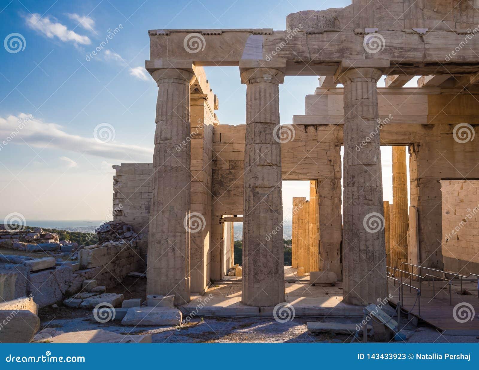 Widok Propylaea wejściowa brama od akropolu w Ateny, Grecja przeciw niebieskiemu niebu