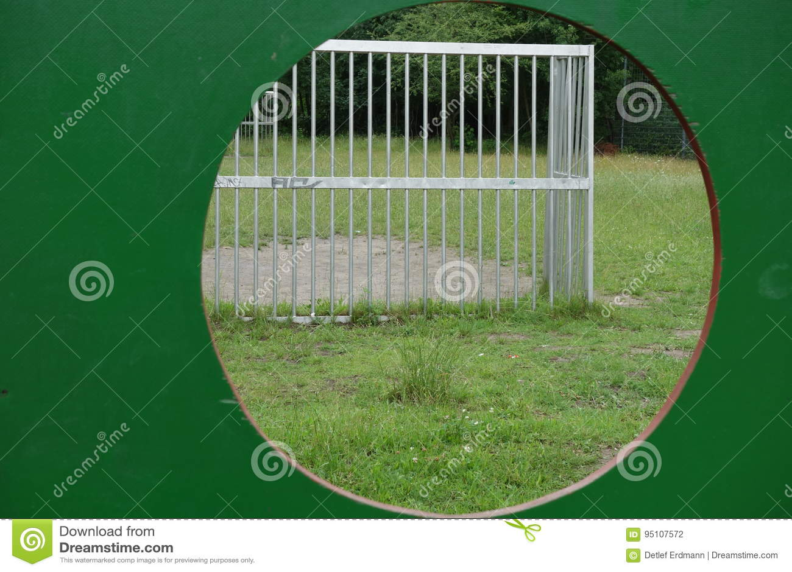Widok przez bramkowej ściany