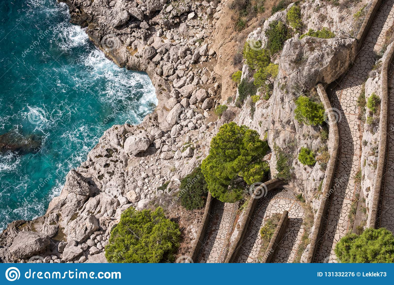Widok Przez Krupp droga przemian i linia brzegowa od ogródów Augustus Giardini Di Augusto na wyspie Capri, Włochy