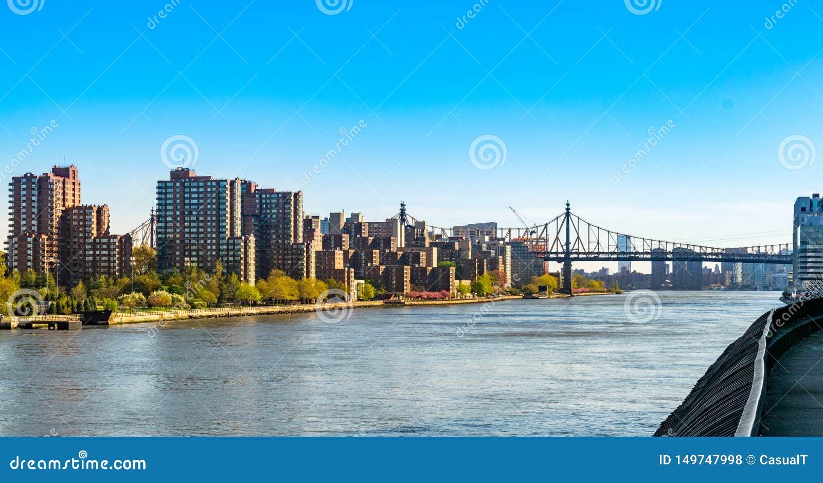 Widok przez Nowy Jork miasta Wschodnią rzekę w kierunku 59th Ulicznego Queensboro mostu i części Roosevelt wyspa,