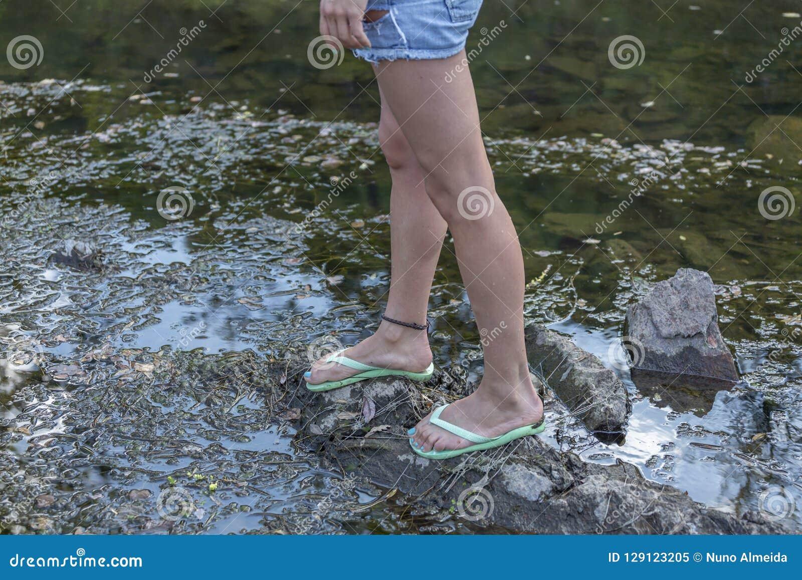Widok przy nogi kobietą na rzece